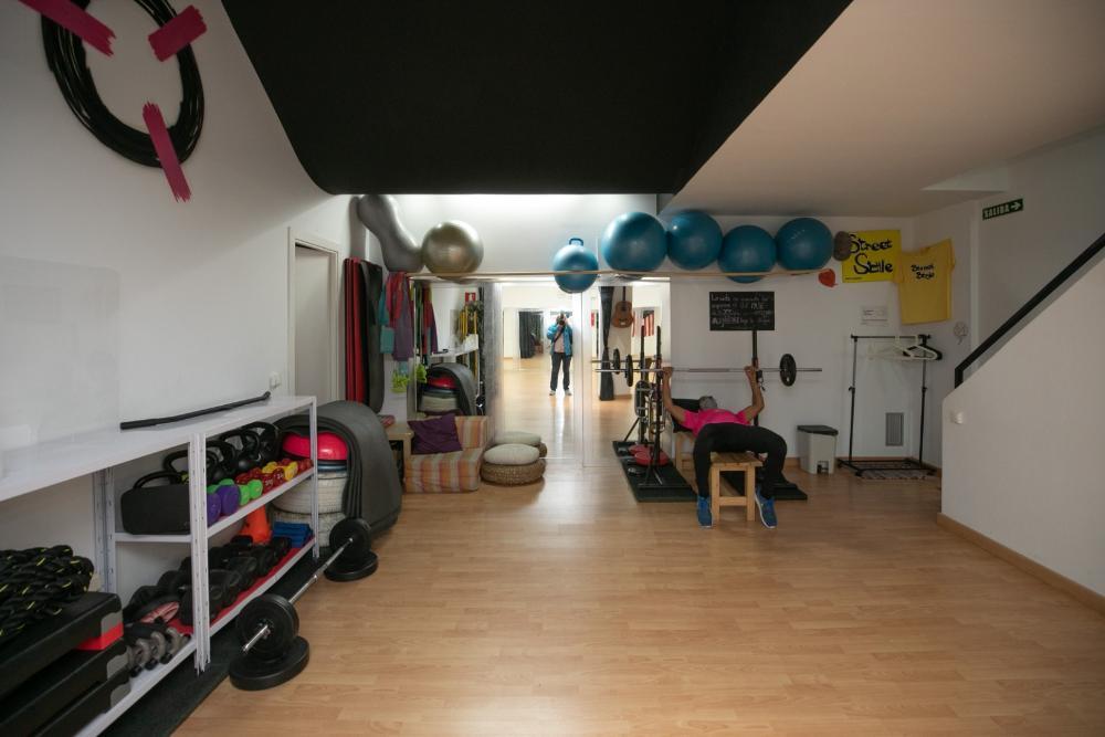 Interior del local de Rupi creaciones con material deportivo