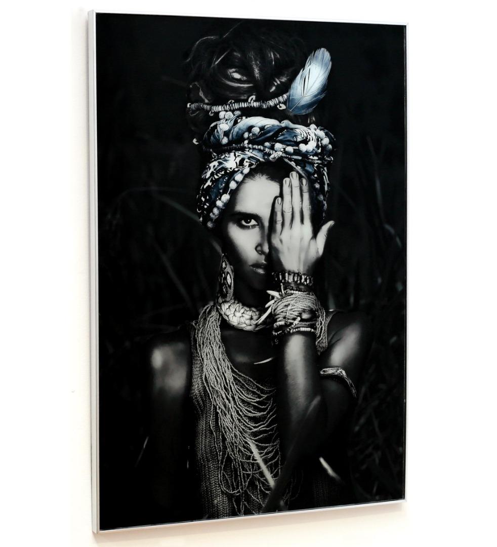 Cuadro mujer india con collares en blanco y negro