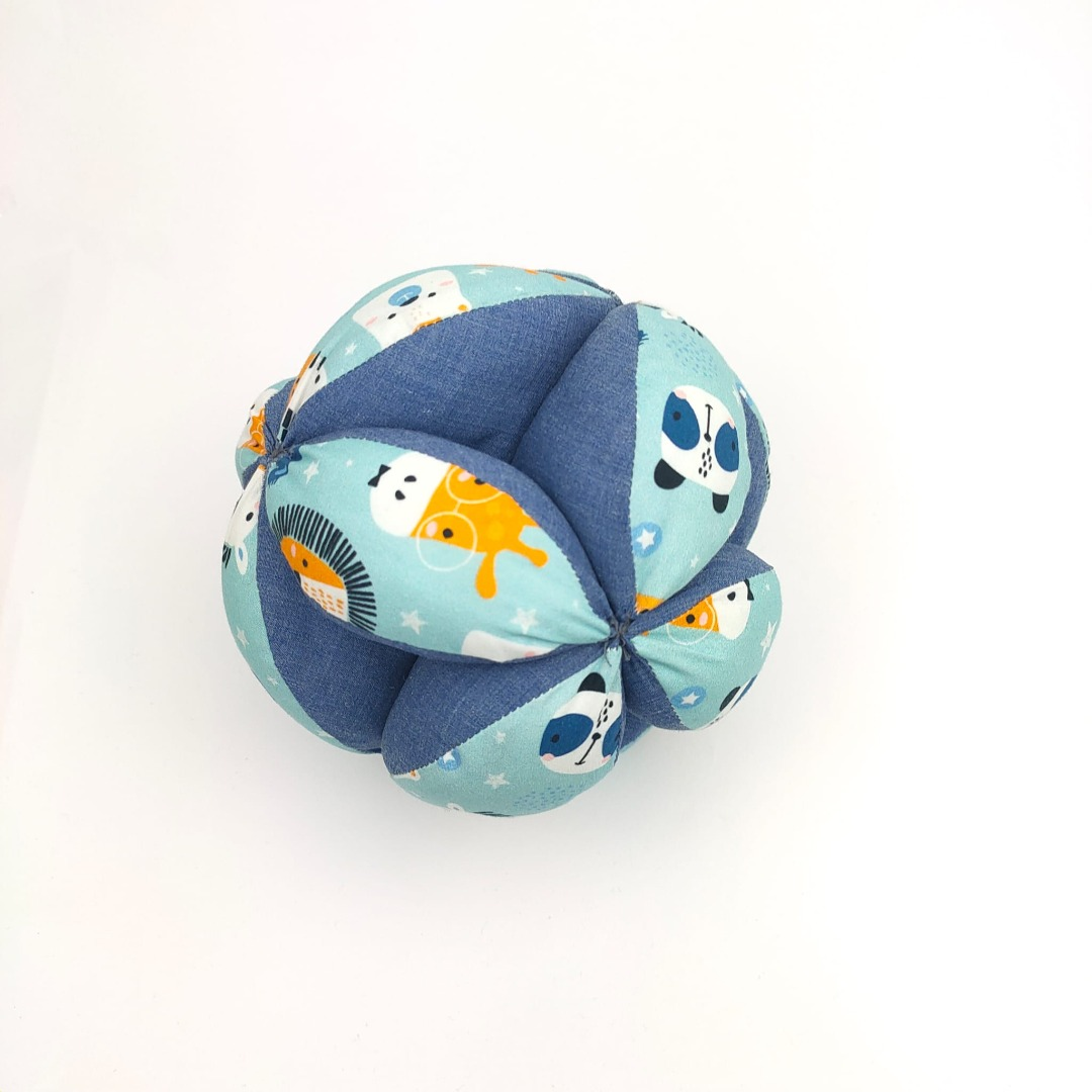 Pelota de tela en color azul con animales