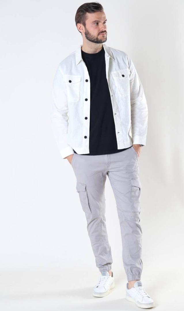 pantalones claros para hombre con bolsillos laterales